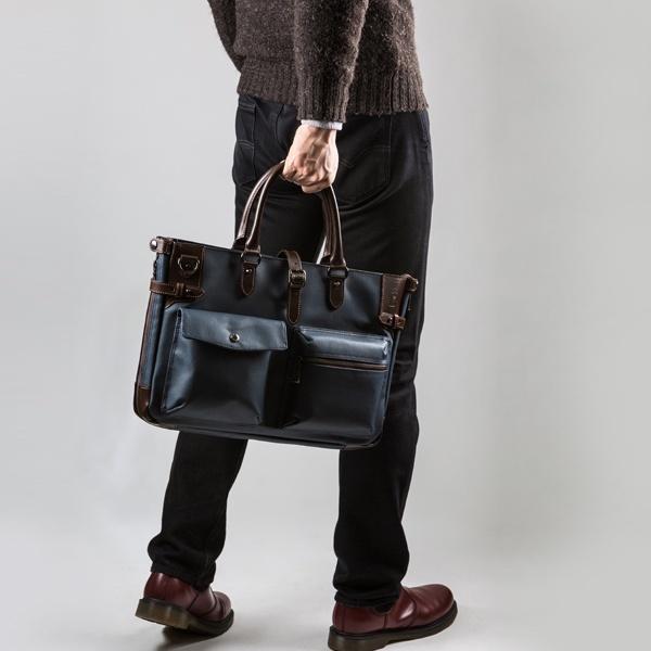 ビジネスバッグを手持ちする